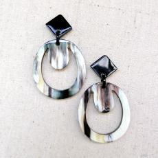 O-förmige Ohrringe aus hübsch gemasertem Horn