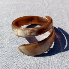 Schlangenarmschmuck aus Horn