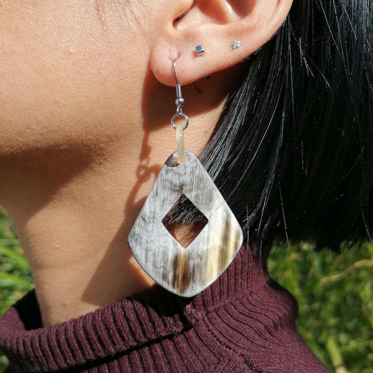 Wunderschöne Ohrringe aus natürlichem Büffelhorn, handgemacht und fair gehandelt