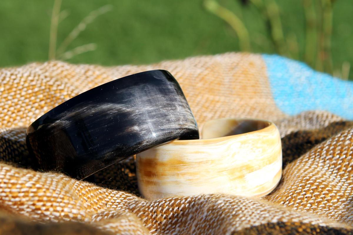 Beautiful cuffs made of natural horn - Avanova Design Salzburg