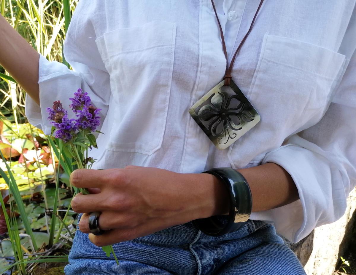 Klassisch schöner Hornring kombiniert mit einem floralen Anhänger und unserem zeitlosen Armreifen aus dunklem Naturhorn