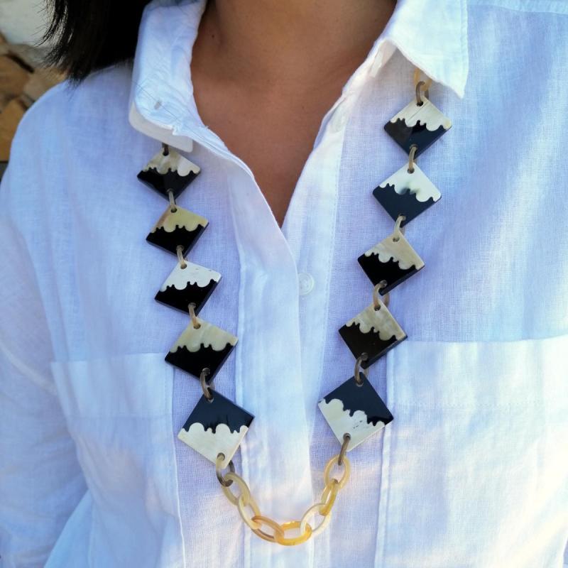 Eleganze Halskette mit Einlegearbeiten aus zweierlei Horn